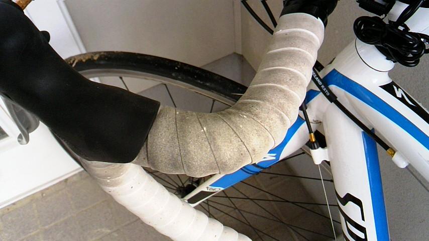ロードバイクの汚れたバーテープ