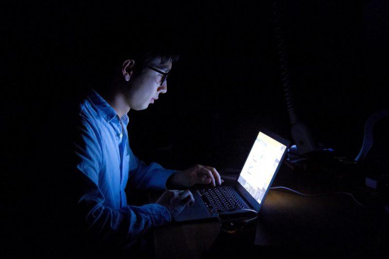 暗い部屋でのパソコン操作