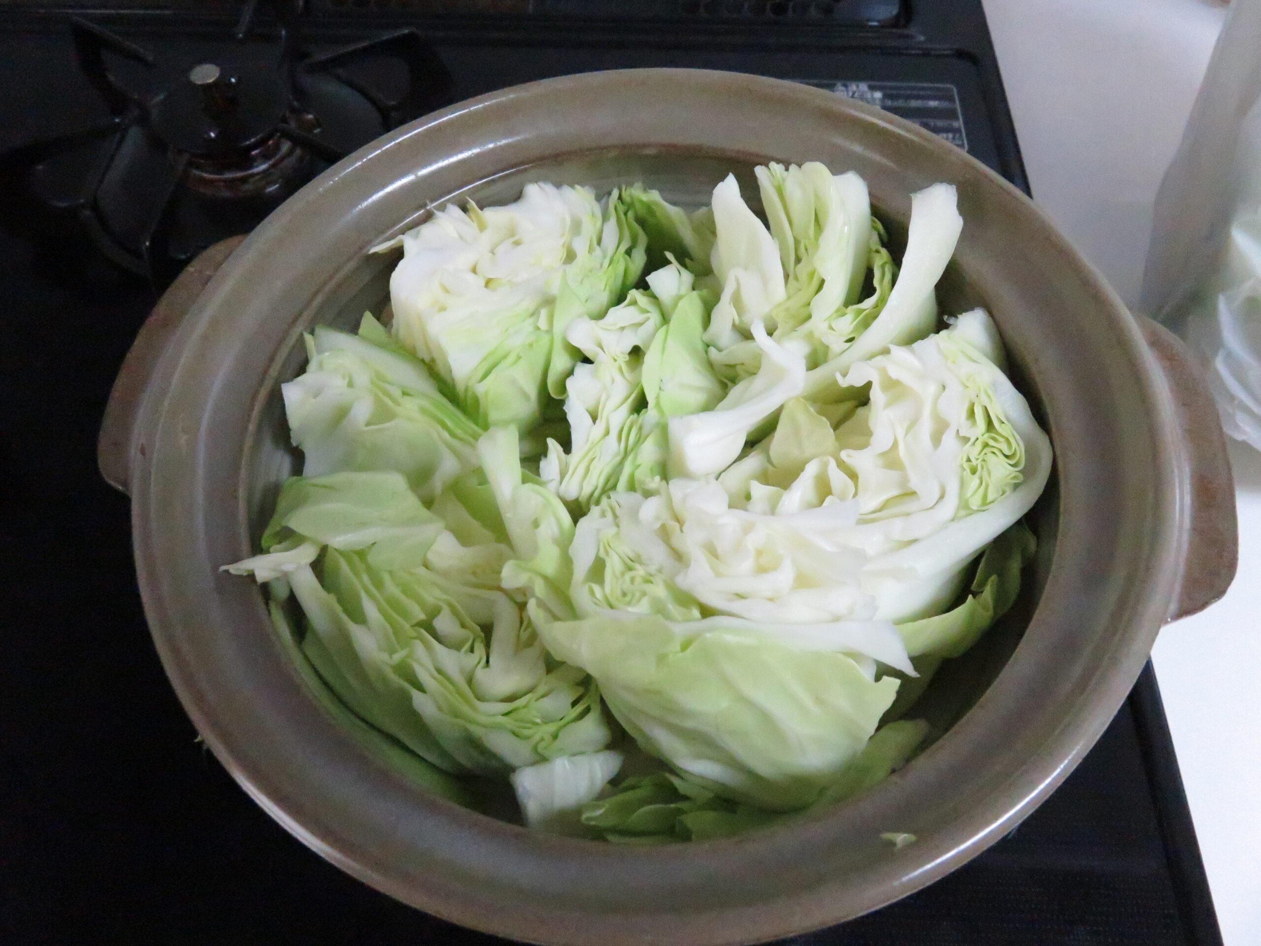 キャベツを鍋に入れる