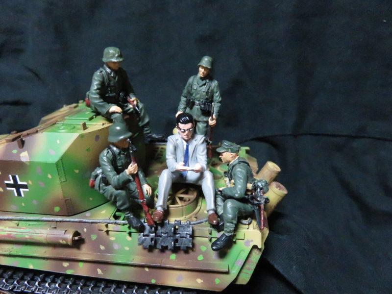 ケーリアンに乗るドイツ兵士とサボリーマン