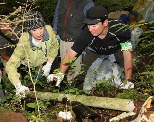 富士山の清掃活動に参加する小池百合子氏とアルピニストの野口健氏