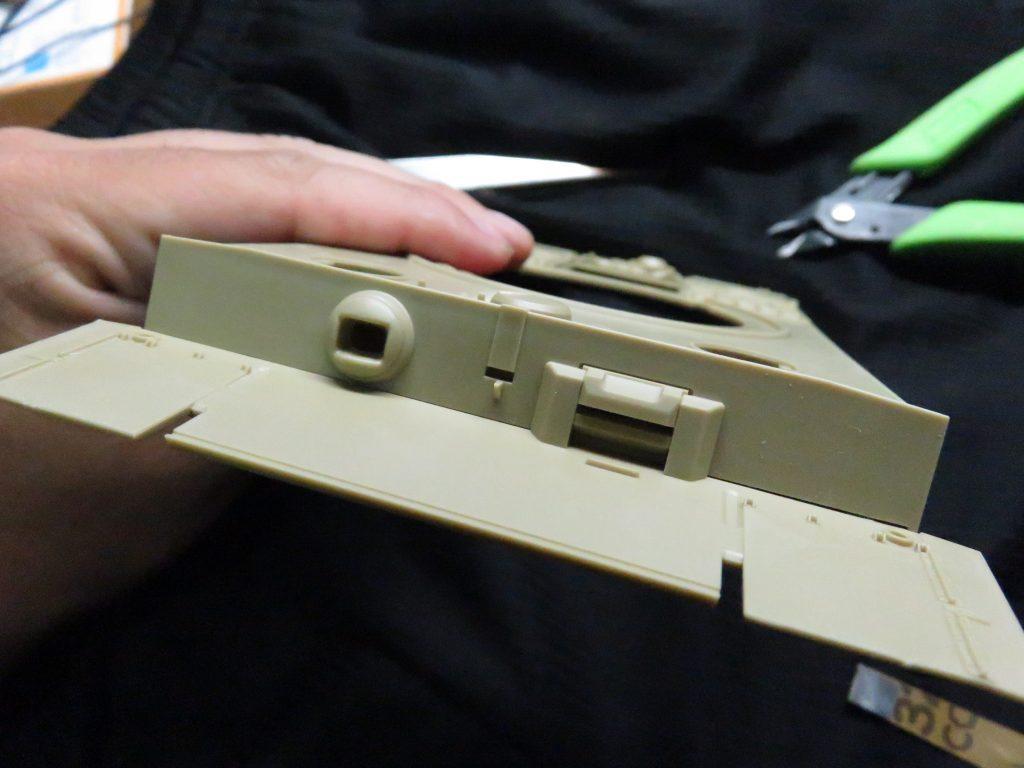 ティーガーI後期型 車体前面装甲板の組み立て