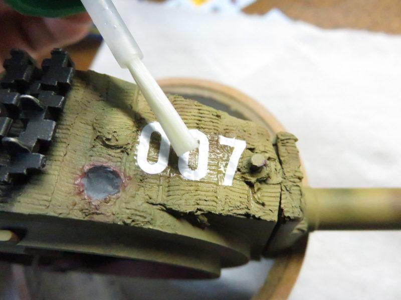 ティーガーI デカール貼り マークソフターを塗る