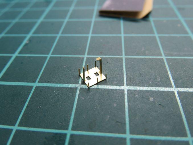 フラックワーゲン 牽引シャックルの組み立て ラックのベースにパーツを取り付ける