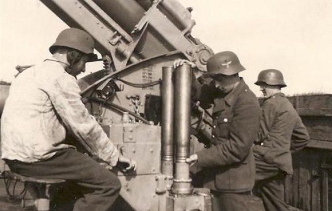 信管をセットする兵士