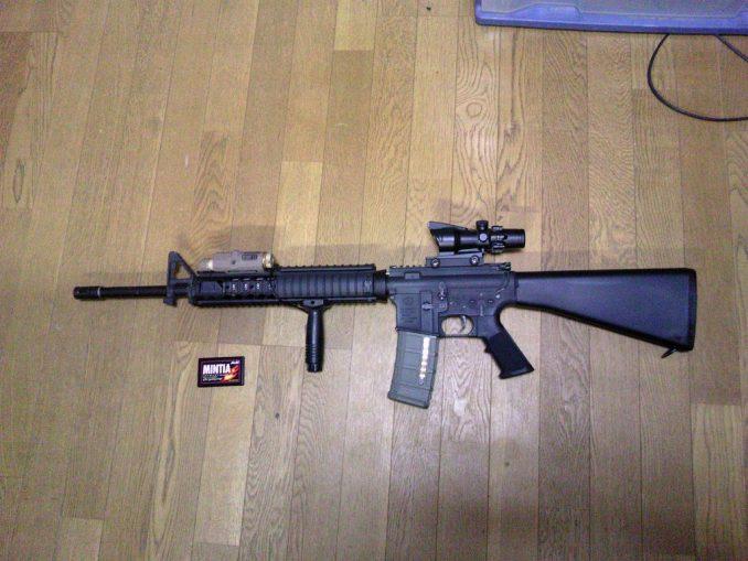 M16A4のトップレイルにPEQ-15を装着