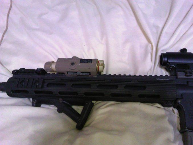 M4とPEQ-15 トップレイル装着例