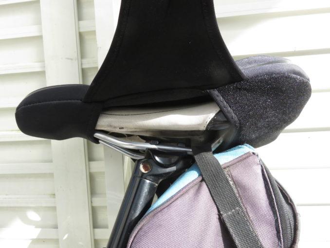 ロードバイクにサドルカバーを装着する2