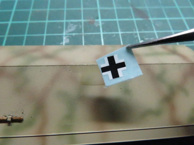 フラックワーゲン デカール貼り付け デカールを台紙から剥離して貼る
