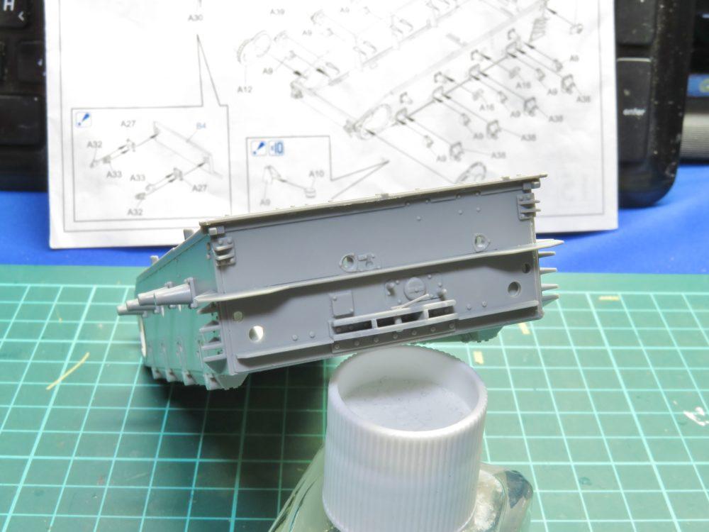 4号戦車 J型(中期) リアパネルを車体下部に取り付ける