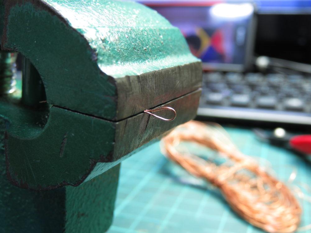 4号戦車 J型(中期)の牽引装置のチェーンを自作。ねじった銅線を万力で潰す