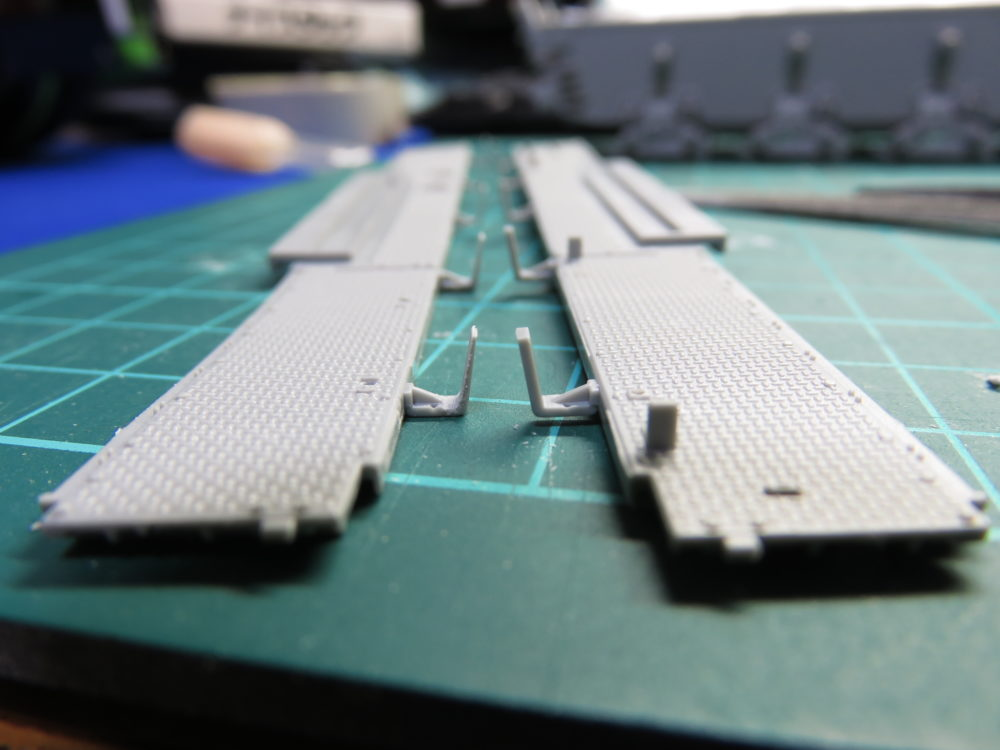 4号戦車 J型(中期) フェンダーのシュルツェン架の加工 加工前後の比較