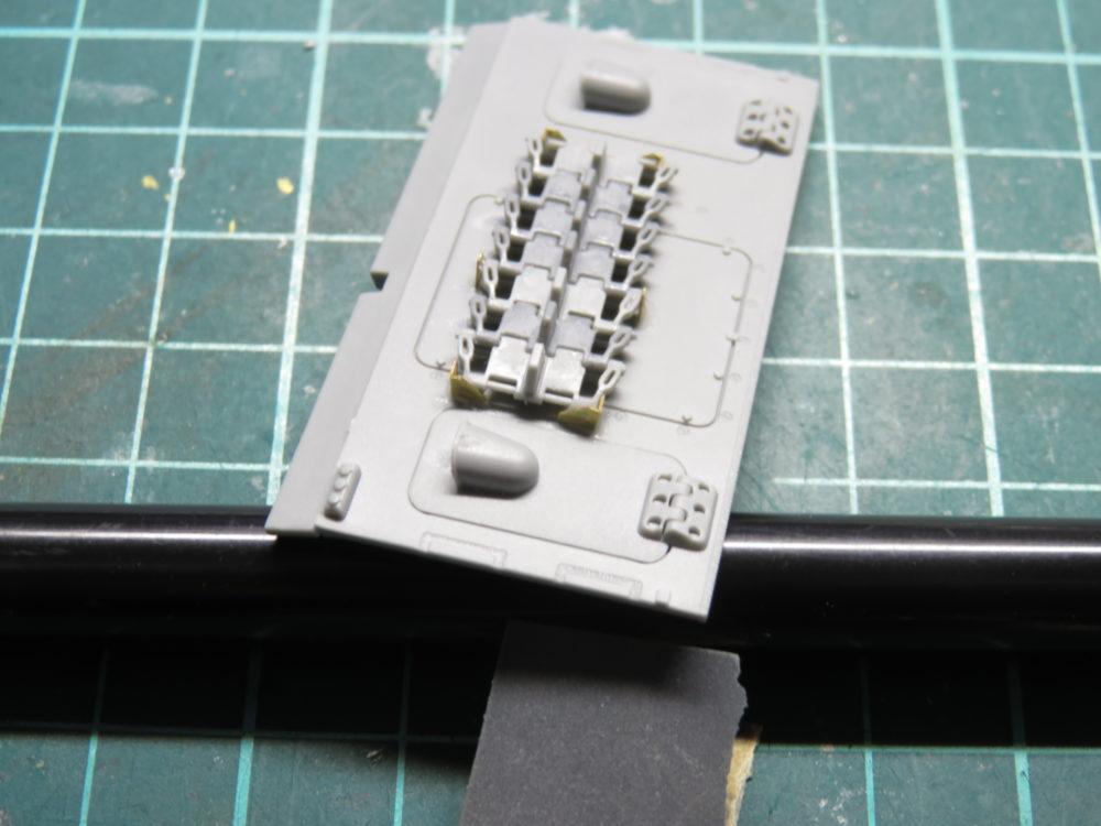 4号戦車 J型(中期) エッチングパーツ予備履帯のラックを作る3