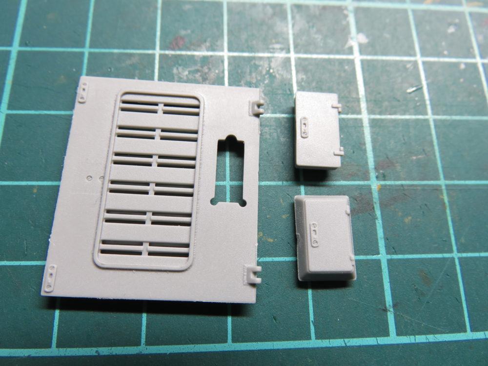 4号戦車 J型(中期型) 車体上部、ラジエーター点検ハッチの冷却水注入口カバーの形状比較