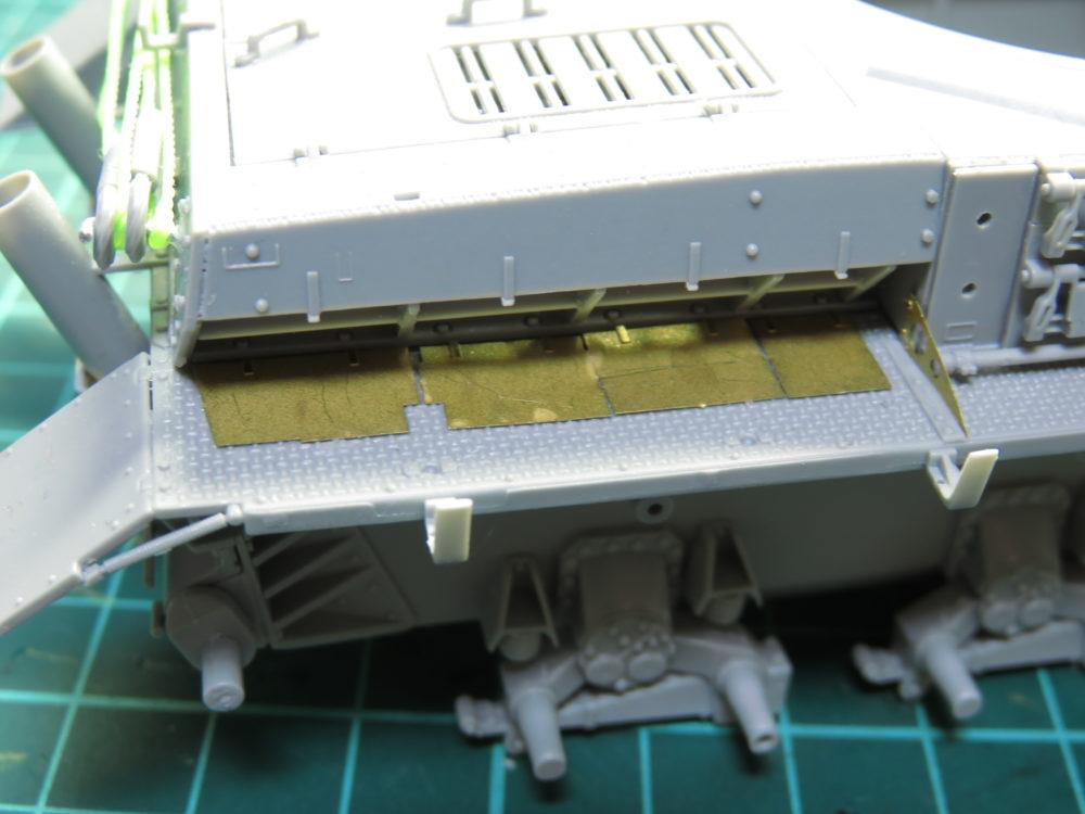 4号戦車 J型(中期型) エンジン給排気口カバーの取り付け