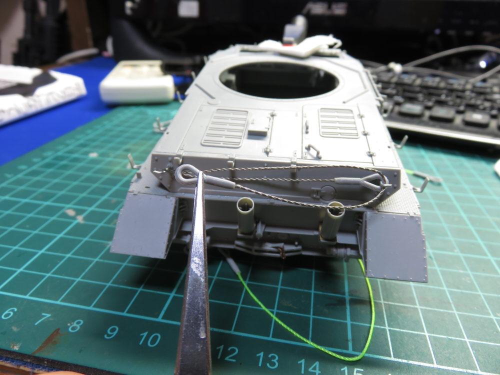 4号戦車 J型(中期型) 車体上部、後面装甲板に取り付ける牽引ロープを付属のワイヤーでつくる
