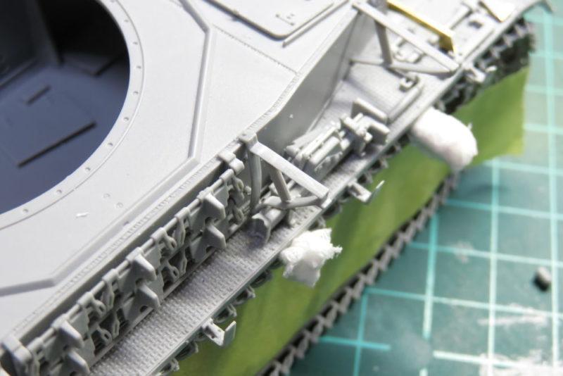 4号戦車 J型 シュルツェンステーの取り付け ジャッキと干渉する