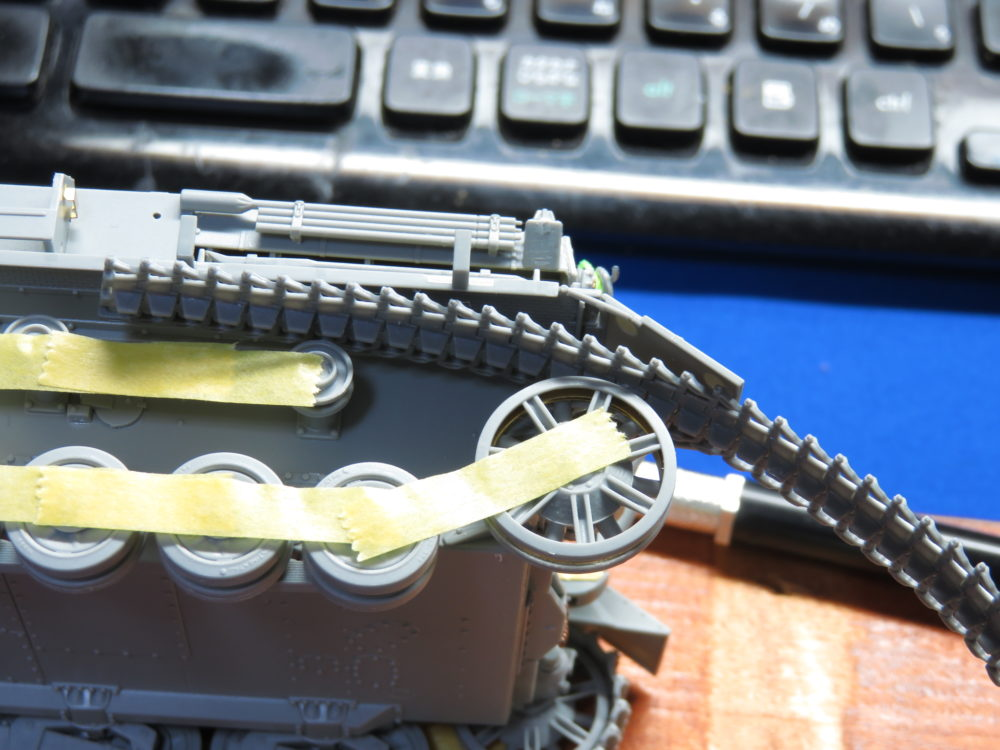 4号戦車 J型 マジックトラックの組み立て 遊動輪側から履帯を通す