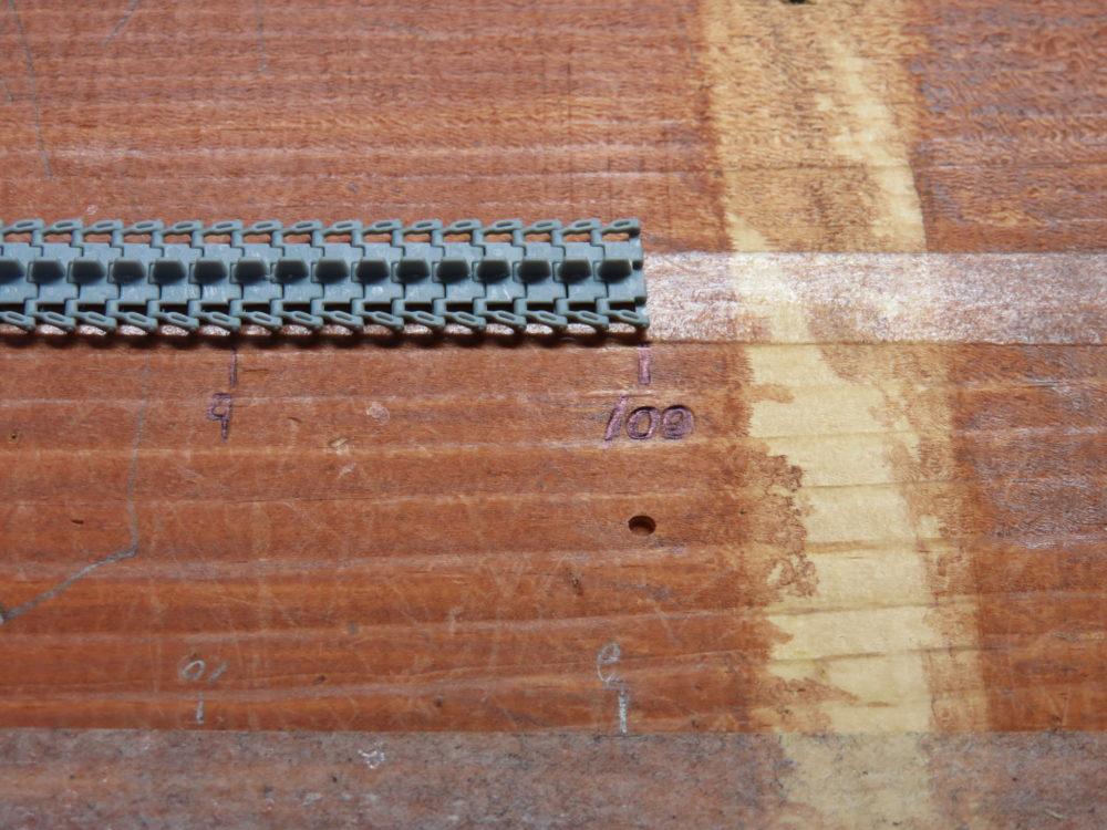 4号戦車 J型 マジックトラックの組み立て 板に履板を並べていく2