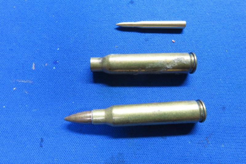 8.8cm砲弾とM16やAK47のダミーカートとのサイズ比較