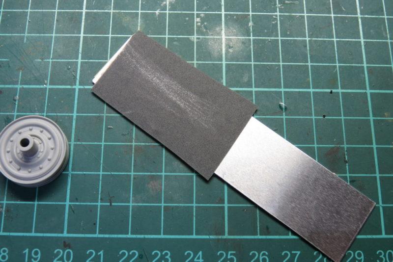 紙ヤスリをアルミ板に貼り付ける