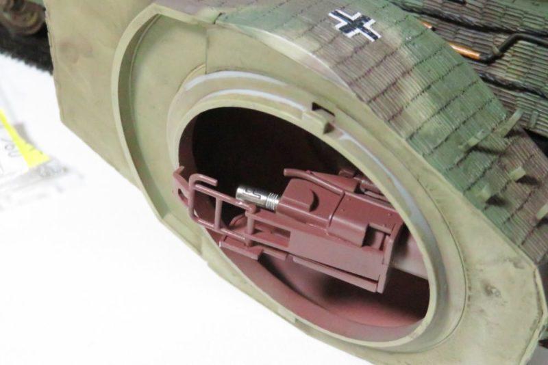 タングステンネイルシンカーをキングタイガーの砲尾に装填する