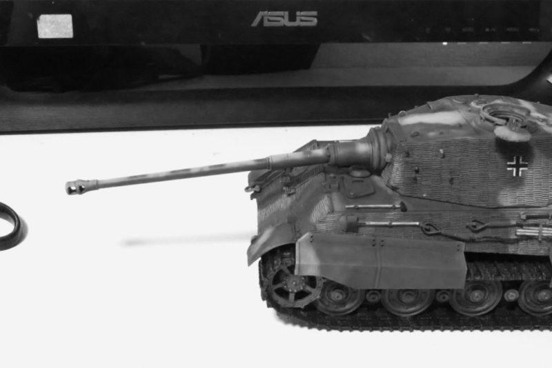 タングステンネイルシンカーをキングタイガーの砲尾に装填する2