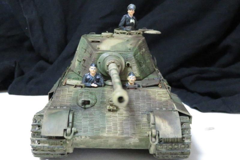 キングタイガーと戦車兵のフィギュア