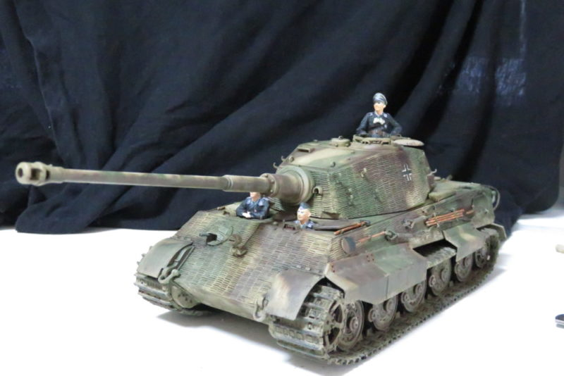 キングタイガーと戦車兵のフィギュア2