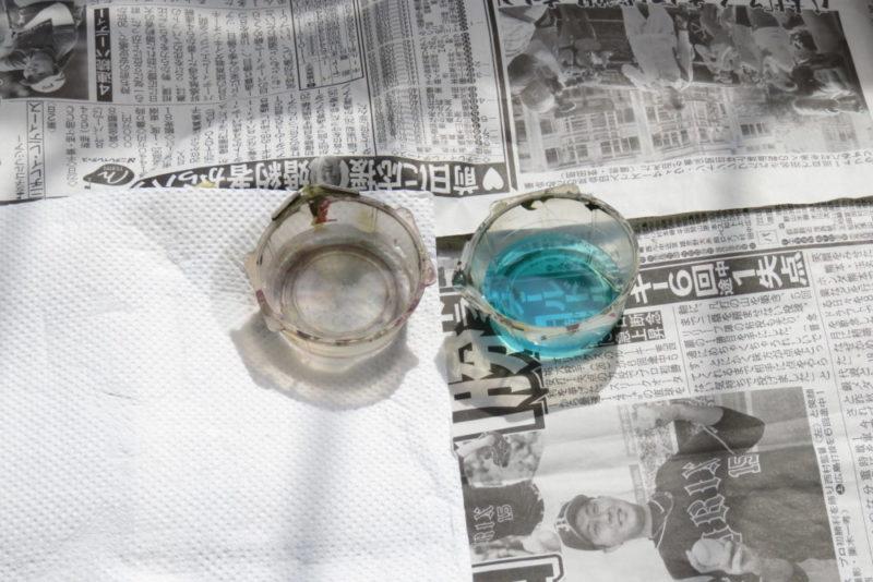 フリウル 金属履帯の黒染め 水と黒染め液の入った容器