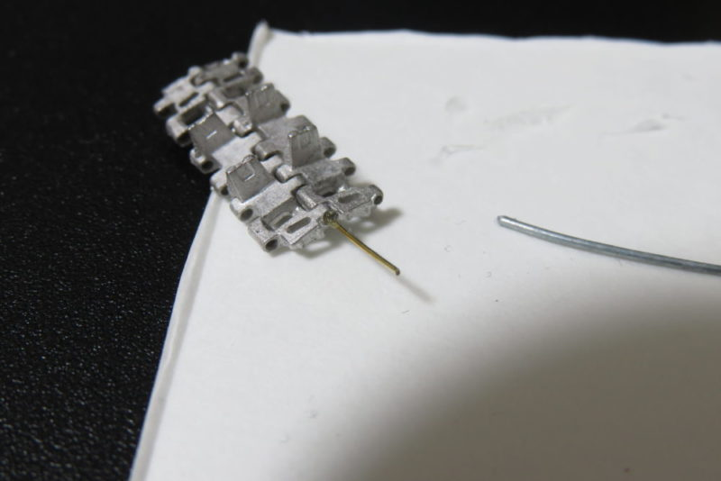 フリウル 金属履帯の組み立て 履板をワイヤーで固定する2