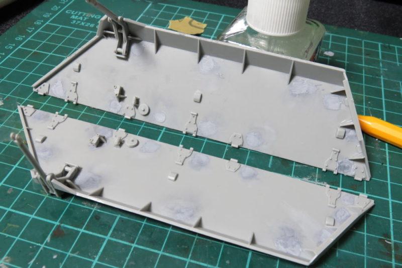 グリレ17 側面装甲板(上部)の組み立て 内側にパーツを取り付ける