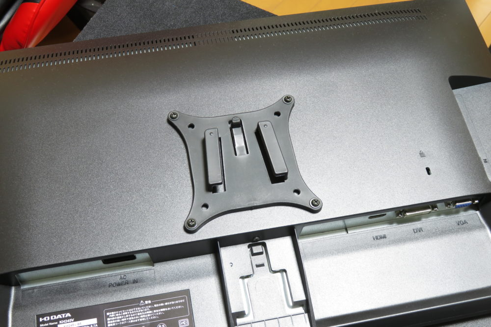 バウヒュッテ ロングモニターアーム モニター裏面にアダプターを取り付ける