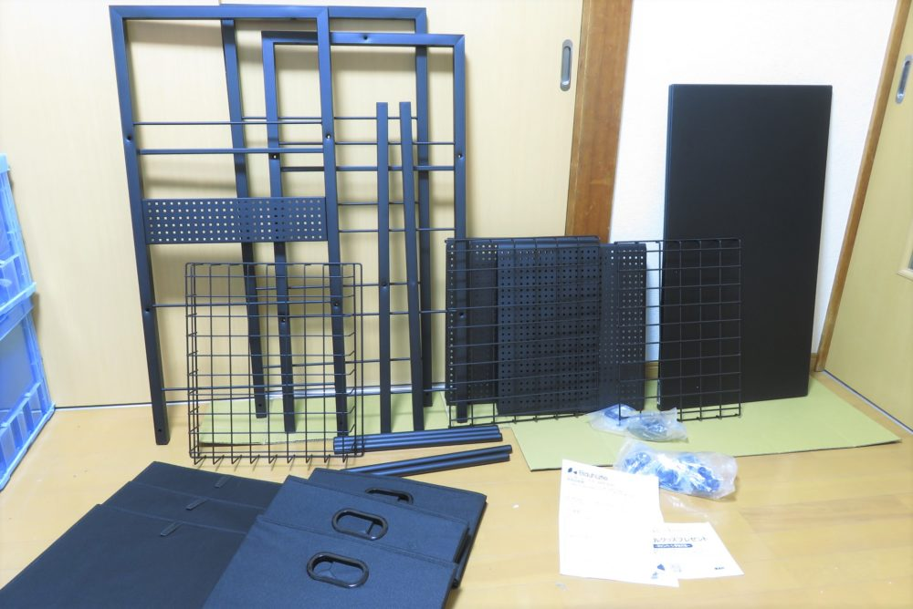 バウヒュッテのハンガーラックテーブルを組み立てる2