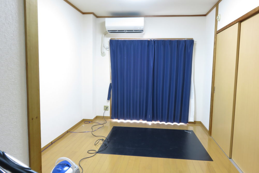ジョイントマットを敷くために家具を移動させる3