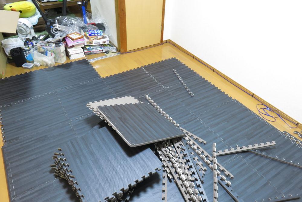 モダンデコ ジョイントマット(ブラック)を床に敷いていく2