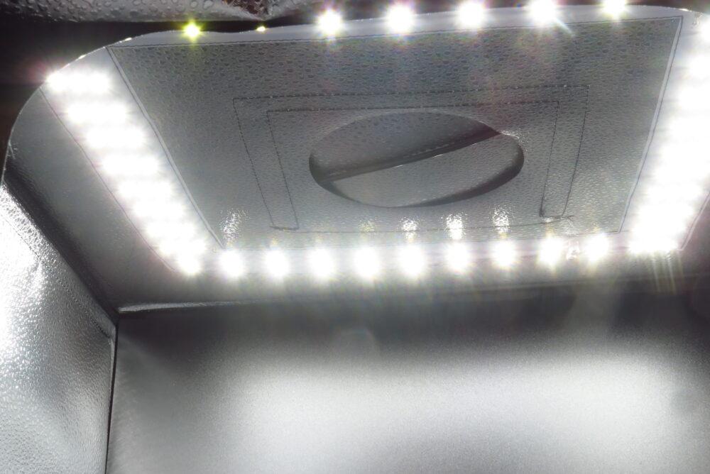 サンワサプライ 撮影ボックス LEDを点灯した状態